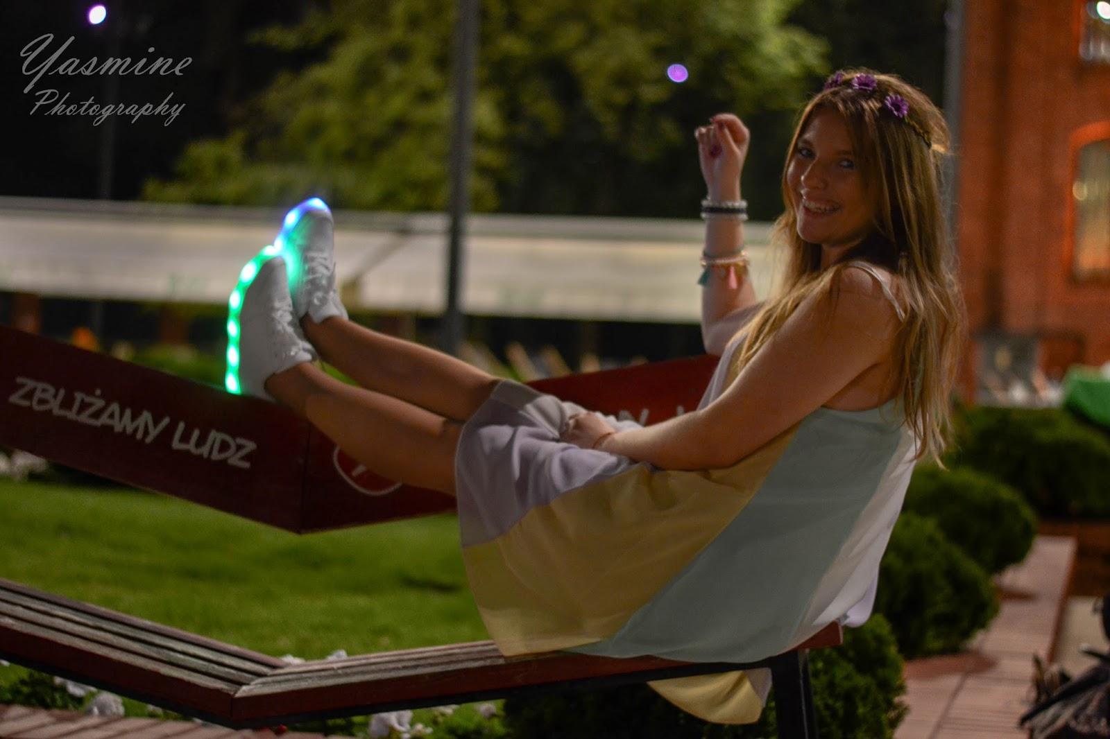 stylizacje festiwalowe ze smeakersami sneakersy disco light renee recenzja melodylaniella lookbook fashion night