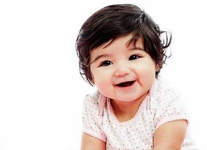 Gambar bayi perempuan paling imut sedang tersenyum