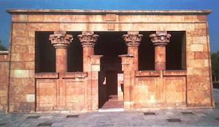 En la fachada destacan las cuatro columnas apoyadas sobre muros que flanquean la entrada..