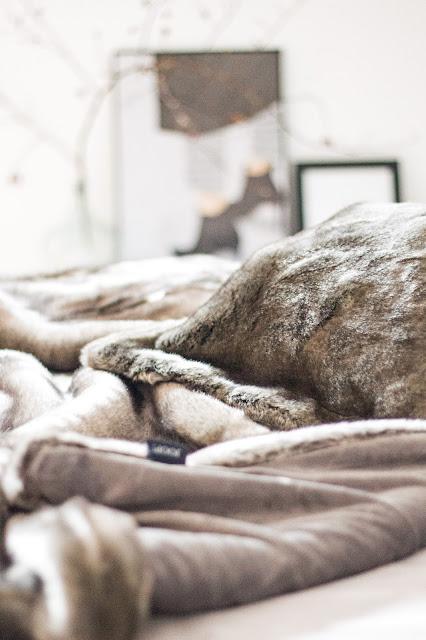 Schlafzimmer makeover, Schlafzimmer renovieren, new bedroom, boxspringbett , skandinavisch einrichten, faux fur decke joop