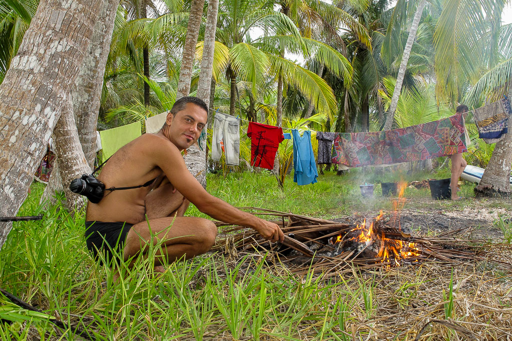 Paluch przy ognisku na plaży na wyspach San Blas na Karaibach
