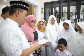 Sejumlah Anak Yatim ,Duafa Dan Lanzia Menerima Santunan Dari Walikota