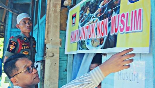 """Razia Rumah Makan, Satpol PP Padang Pasang Spanduk 'Hanya Untuk Non Muslim"""""""