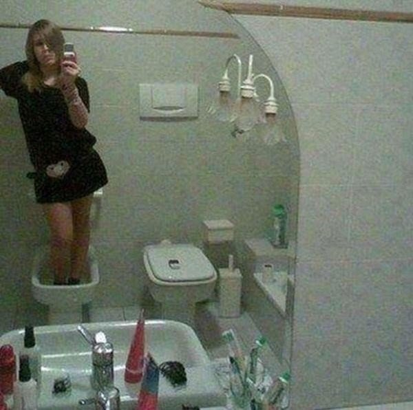 Saiba o porque a sua filha demora tanto tempo no banheiro