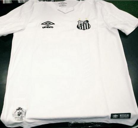 016b55234 Pantaloncini bianchi e calzini, entrambi con sottili dettagli argentati,  completano acquisto maglie calcio replica Santos FC 2019 2020.