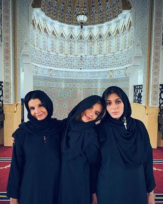 Giovanna Lancellotti posa com a mãe e a irmã trajando abaya, vestimenta tradicional da religião muçulmana, para visitar uma mesquita em Dubai — Foto: Arquivo pessoal