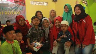 suasana kehangatan keluarga RR bersama anak-anak yatim