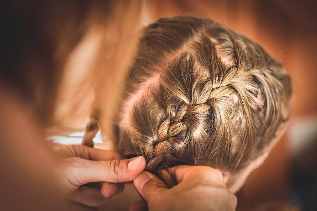 Водитель школьного автобуса ежедневно заплетает волосы девочке, у которой умерла мама