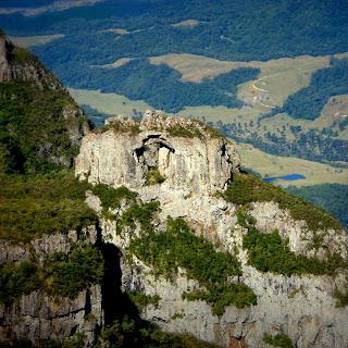Pedra Furada: Uma Curiosa Formação Rochosa Vista do Alto do Morro da Igreja, em Urubici
