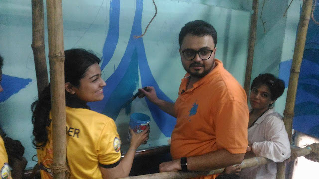 Rishi Kapoor helping volunteers in beautifying the railway stations
