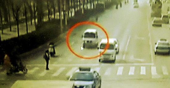 """Bizarro acidente com carros """"flutuando"""" na China - Detalhe 1"""