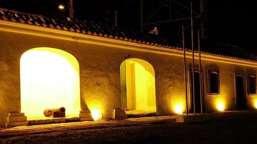 Iluminação noturna do Forte Sant'Anna, Florianópolis.
