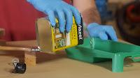 Utilizar una cubeta de pintor para aplicar el fondo protector. http://www.enredandonogaraxe.com