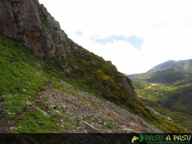 Ruta al Pico Torres y Valverde: Sendero bajo el Valverde