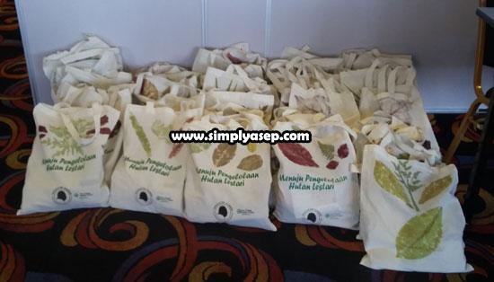 GOODIE BAG : Inilah Goodie Bag yang dibagikan kepada para peserta Forest Talk With Bloggers Chapter Pontianak di IBIS Pontianak Sabtu (20/4) yang lalu.  Sangat mengesankan.  Foto Asep Haryono