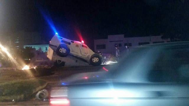 Tanqueta cae en un hueco de la calle en Vargas