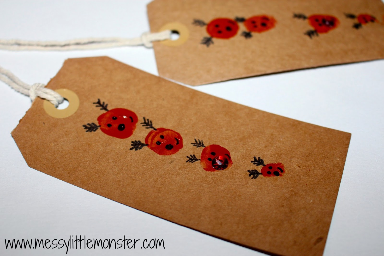 Reindeer gift tag using fingerprints. Christmas craft activity for toddlers, preschoolers and older kids.