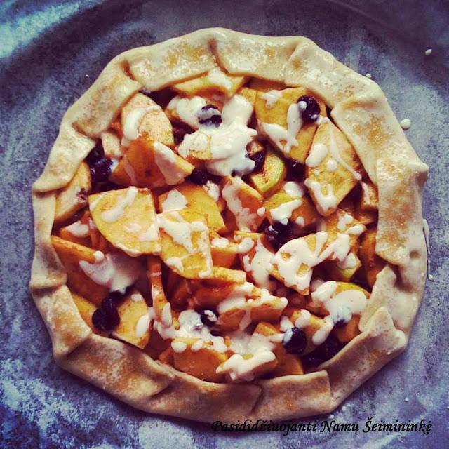 RECEPTAS: Lengvai ir greitai paruošiama obuolių gallete su vaniliniu sūrio padažu