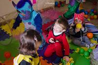 Niños disfrazados jugando. Leticia Martiñena, fot{ografa de niños. Jardín Maternal Corazón de Melón