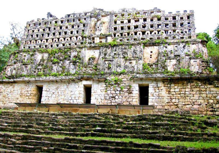 Bu eski maya şehri, günümüze kadar gelen Mayaların tarihi eserleri arasında yer almaktadır.