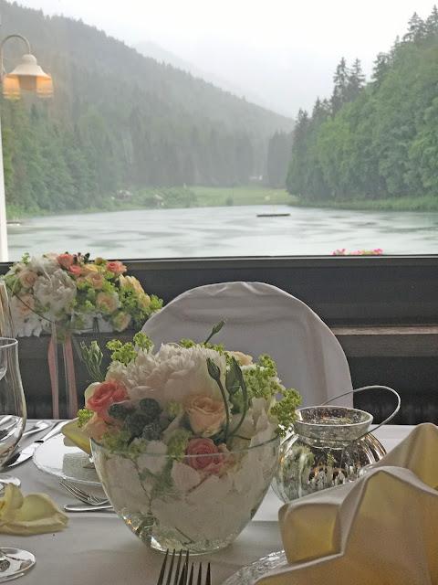 Seehaus Restaurant, Regenhochzeit, Apricot, Lachs, Pfirsich, heiraten in den Bergen, Hochzeitshotel Riessersee Garmisch-Partenkirchen, Bayern, Hochzeitsplanerin Uschi Glas