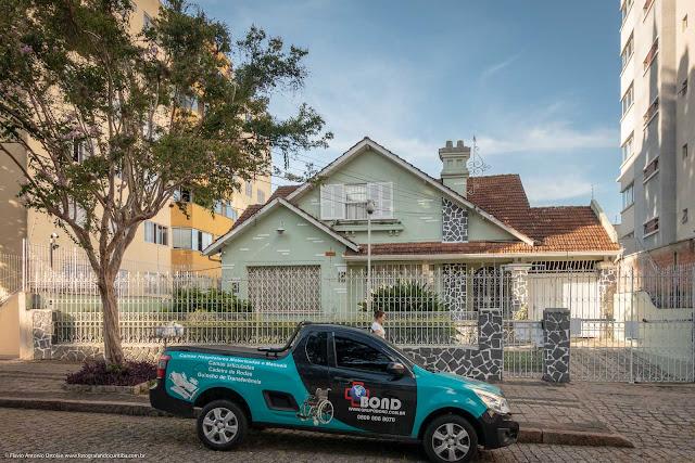 Outra casa na Paula Gomes (com ornamento de ferro)