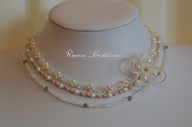 collier mariage perles et cristaux, fleur en perles