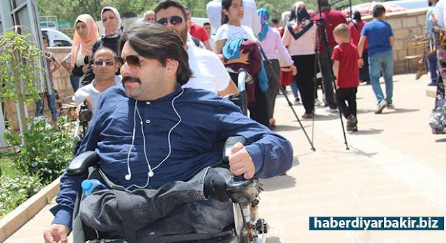 """DİYARBAKIR-Diyarbakır İl Müftülüğü tarafından """"10-16 Mayıs Engelliler Haftası"""" münasebetiyle engelli vatandaşlar, Eğil ilçesinde bulunan peygamberlerin kabirlerine götürüldü."""