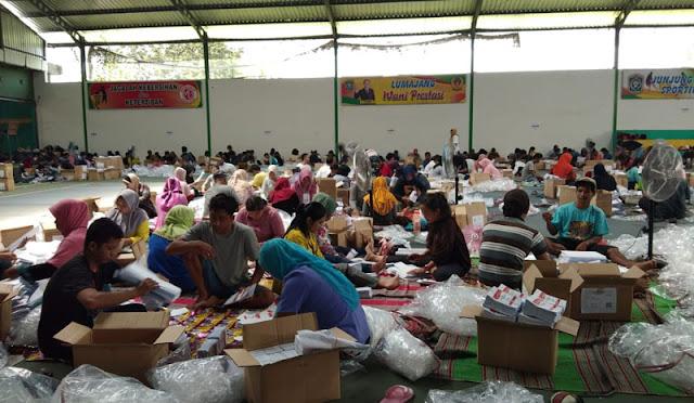 Proses sortir dan lipat di gudang logistik KPU