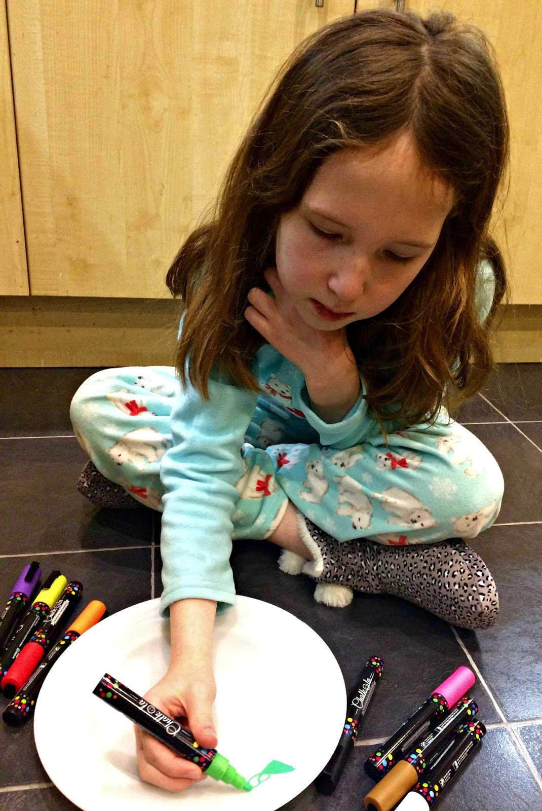 Caitlin decorating a plate with a Chalkola marker