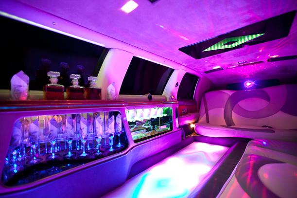 Excalibur Limousine mieten. Bar in der Limousine mit Sekt, Lichtershow, Lichterboden.