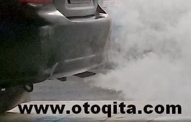 Gambar asap putih keluar dari knalpot sedan