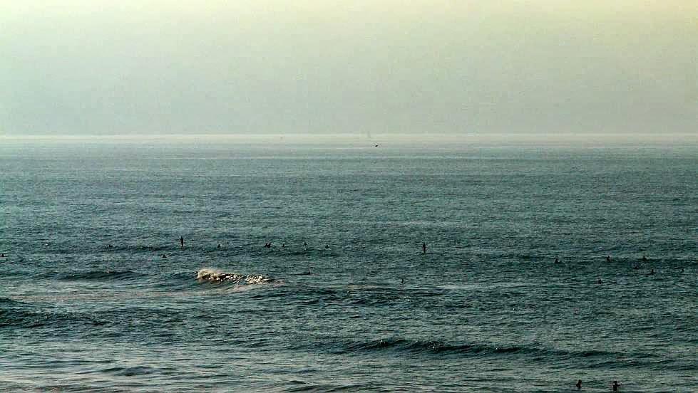 surfistas esperando a las olas en sopela 01