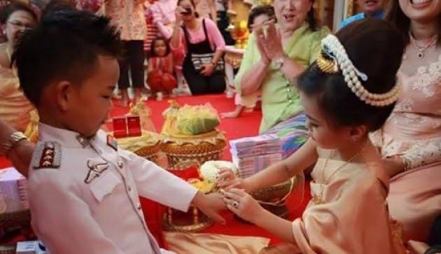 Mengejutkan, Acara Pertunangan Ini Dilakukan Oleh Dua Bocah yang Masih Berumur Sekitar Lima Tahun