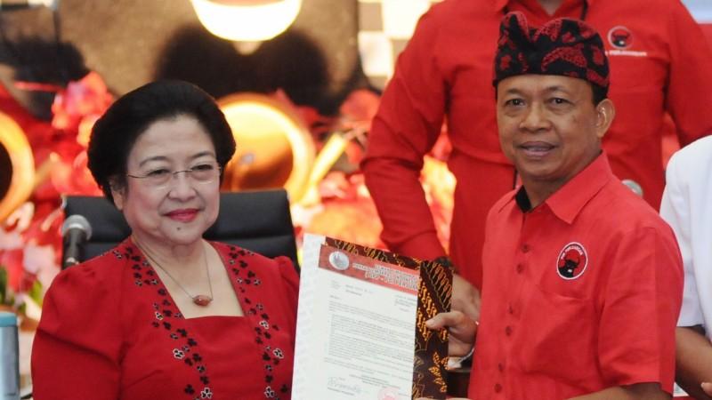 I Wayan Koster dan Cok Ace berfoto bersama Megawati