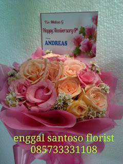 rangkaian bunga tangan mawar peach dan pink moel bulat