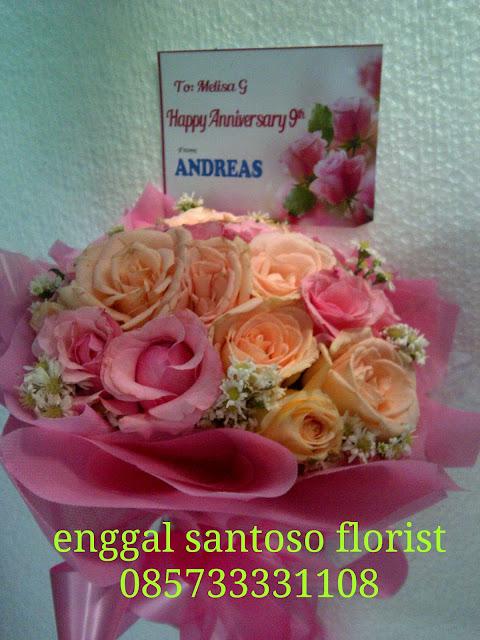 rangkaian bunga tangan atau hand bouquet mawar peach