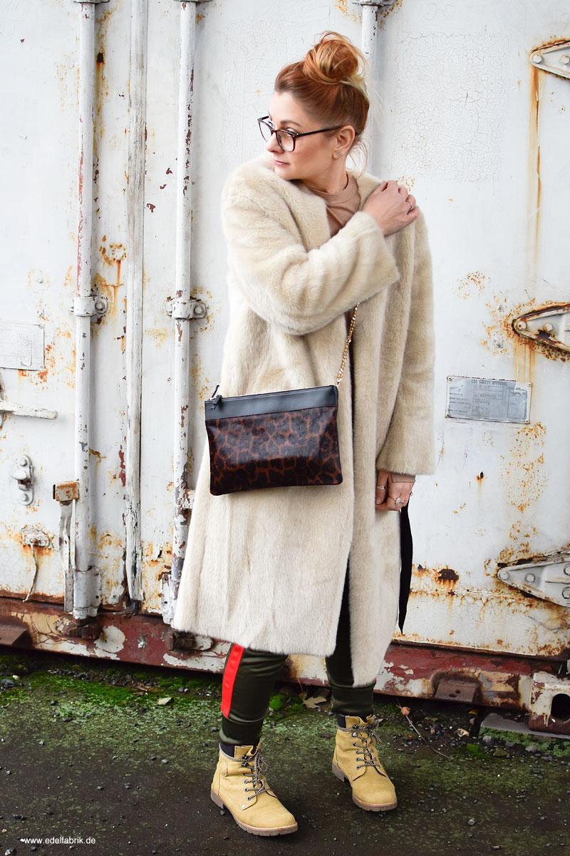 fake fur mantel in beige plus jogging hose verr ckt aber kuschelig outfit die edelfabrik. Black Bedroom Furniture Sets. Home Design Ideas