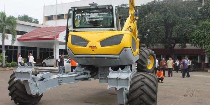 Traktor Mirip Robot Transformer Dinas Kebersihan Jakarta