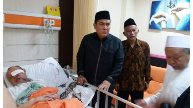 Penyerang Ulama Diduga Orang Gila Terlatih?