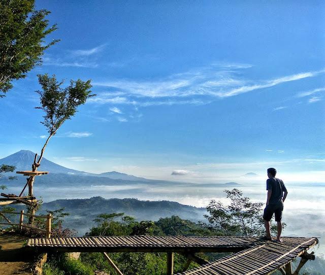 foto pemandangan gunung dan awan di punthuk mongkrong magelang