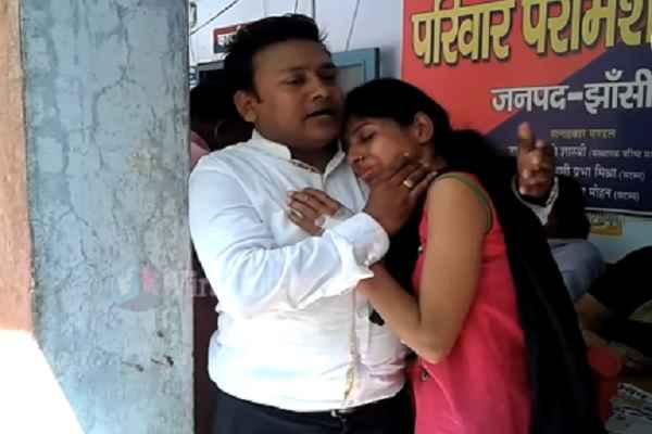jhansi-viral-news-pati-and-patni-romantic-song-in-police-thana
