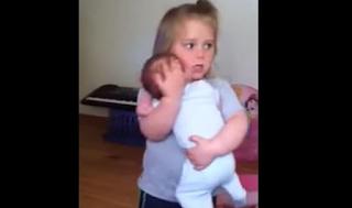 Το πιο γλυκό βίντεο: Κρατά τρυφερά στην αγκαλιά της τον νεογέννητο αδελφό της και χορεύει