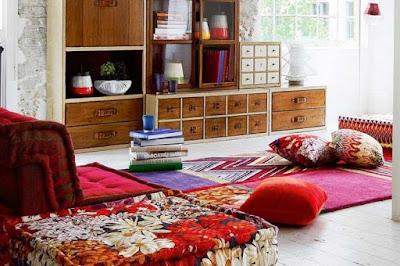 desain ruang keluarga dengan karpet yang eyecatching dan nyaman untuk ruang keluarga minimalis