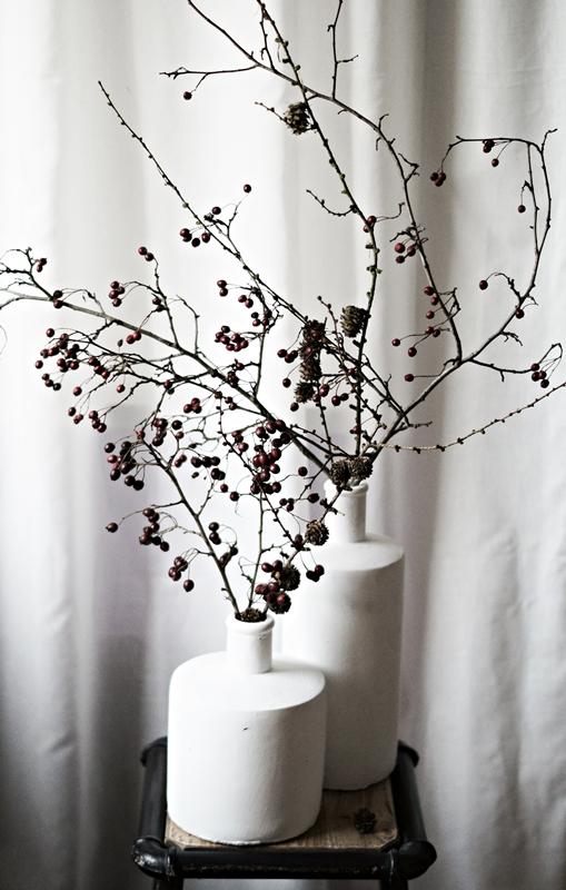 Blog + Fotografie by it's me! - weiße Steingutvasen auf einem Hocker