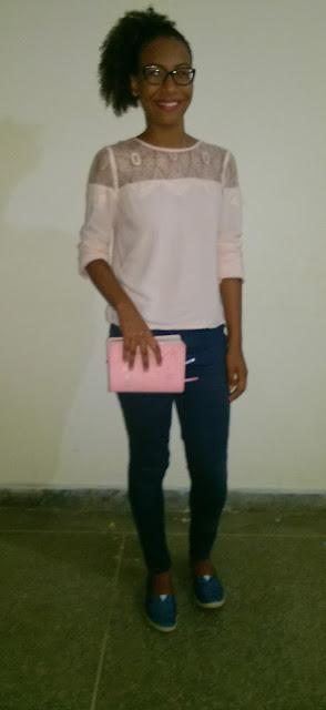 Achegue-se! Look de Diva: Aline Alves com blusa de renda, calça de sarja  e alpargas