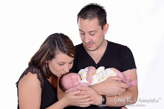 portrait de famille, papa maman et bébé, shooting en studio vendée 85