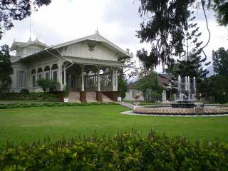 Terletak di daerah Cipanas terdapat salah satu Istana Presiden yang dapat menjadi tempat wisata sambil belajar sejarah Indonesia. Istana Presiden Cipanas merupakan salah satu istana presiden yang berada di Indonesia