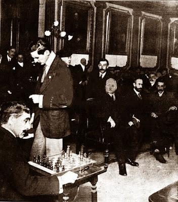 Max Adolf Albin dando unas simultáneas de ajedrez en 1910
