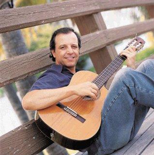Foto de Alberto Plaza sentado en un banco